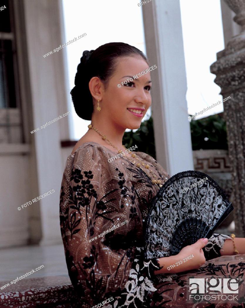 Imagen: Woman in Filipina attire.