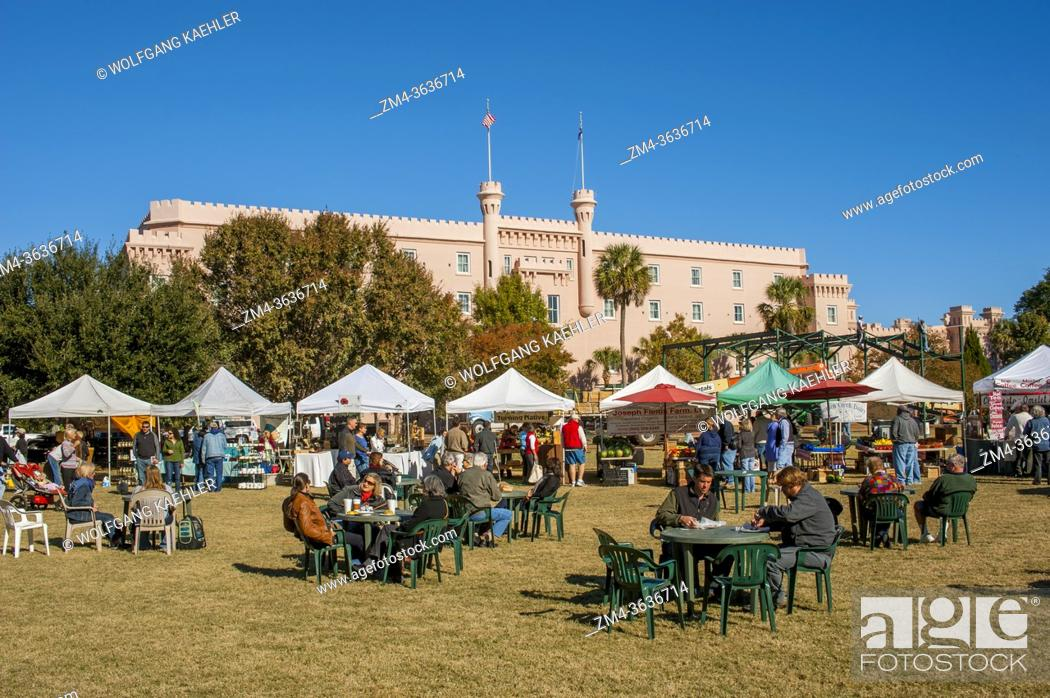 Stock Photo: The picnic area of the Saturday farmers market on the Marion Square in Charleston in South Carolina, USA.