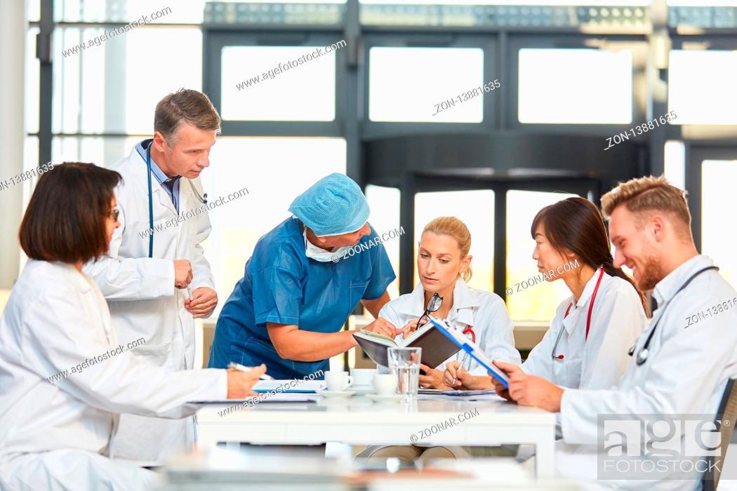 Stock Photo: Gruppe Ärzte in einem Meeting bespricht die Zusammenarbeit und diskutiert Termine.