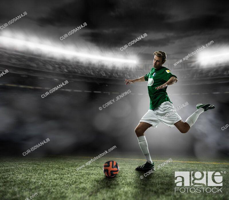 Imagen: Footballer kicking ball.