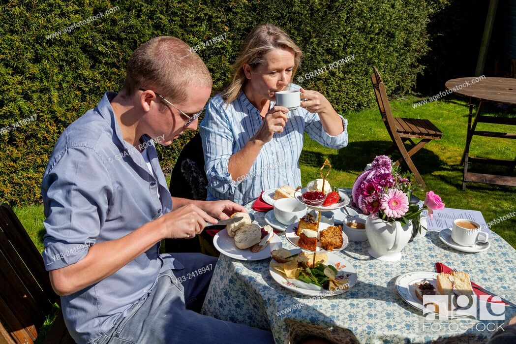 Imagen: A Family Enjoy A Traditional English Afternoon Tea, Glynde, Sussex, UK.