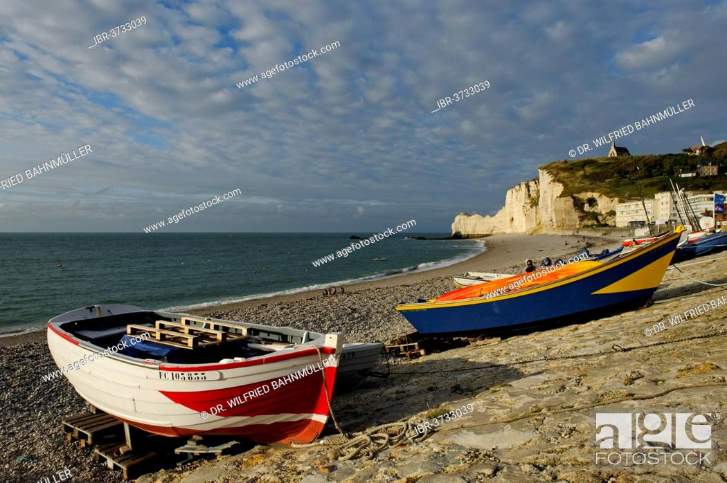 Stock Photo: Fishing boats on a beach with white cliffs, Étretat, Département Seine-Maritime, Upper Normandy, France.
