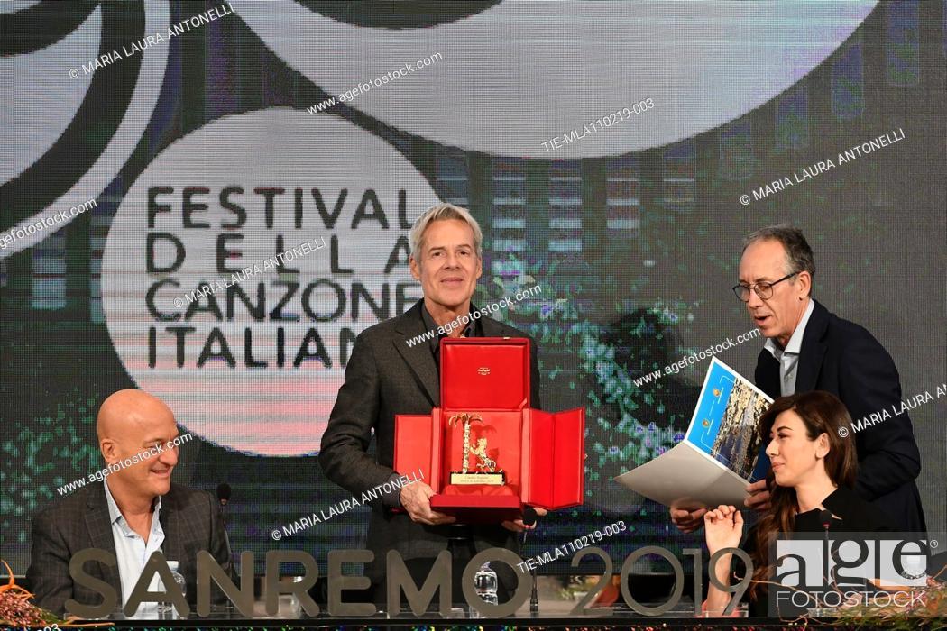 Imagen: Claudio Bisio, Claudio Baglioni with the 'Amico di Sanremo' Award (Friends of Sanremo), Mayor of Sanremo Alberto Biancheri.