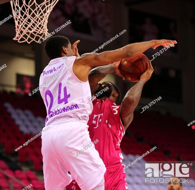 Imagen: Bonn, Germany, 27. 12. 2020, Telekom Dome, Basketball Bundesliga, Telekom Baskets Bonn vs BG Goettingen: Aubrey Dawkins (Goettingen) und James Thompson IV.