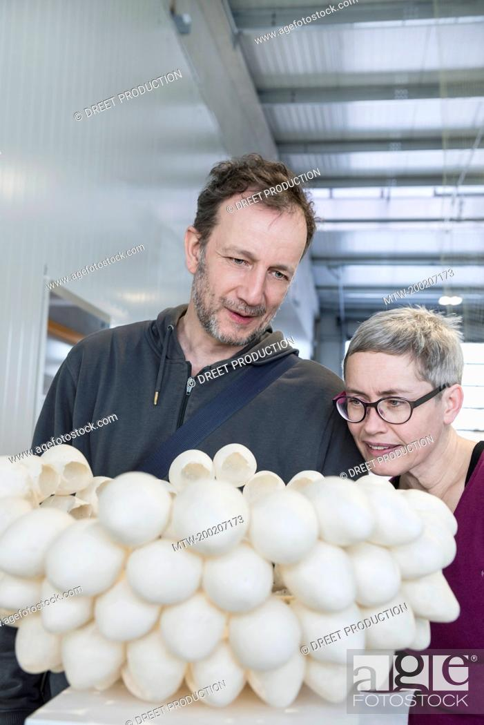 Imagen: Couple looking at egg shell lampshade in an art museum, Bavaria, Germany.