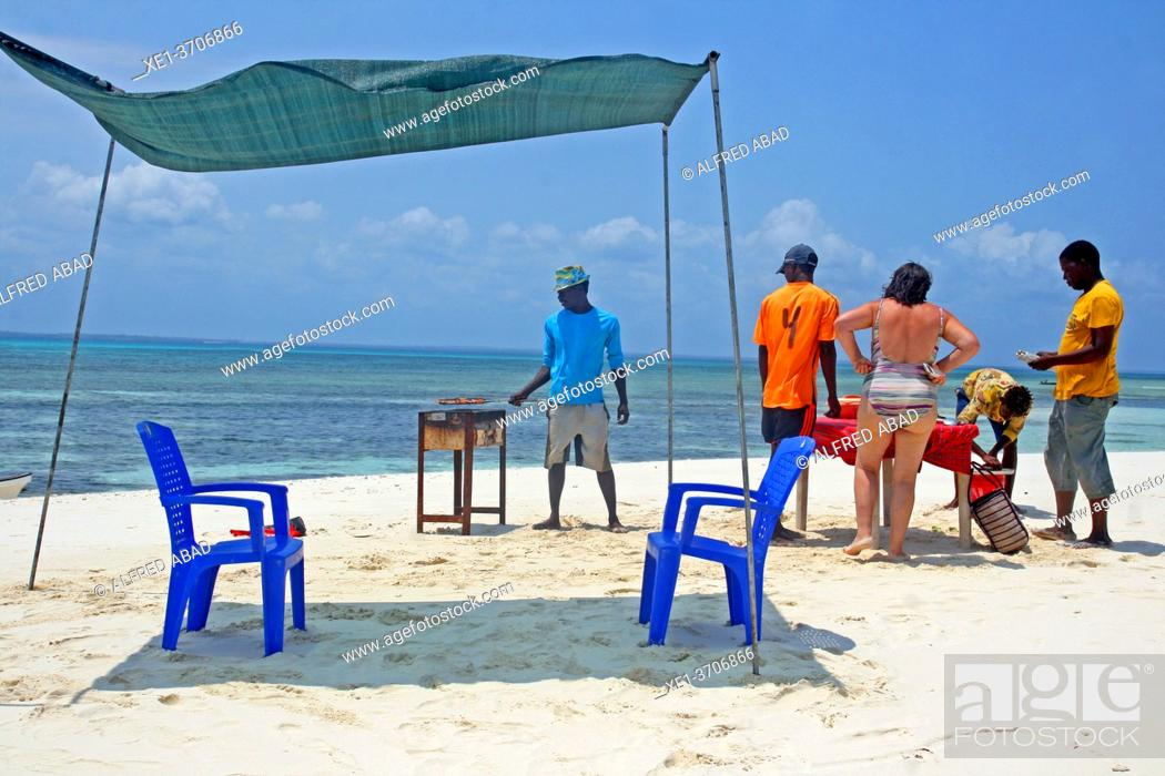 Photo de stock: Preparing food on a white sand dune, Unguja Island, Kizimkazi, Zanzibar.