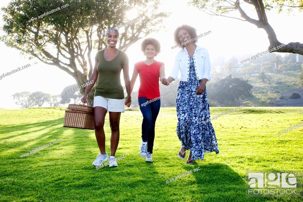 Imagen: African American family walking in park.