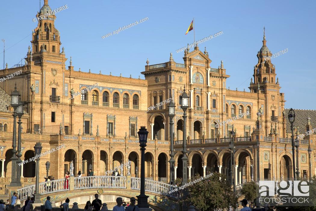 Imagen: Tourists at Plaza de Espana Square; Seville; Spain.