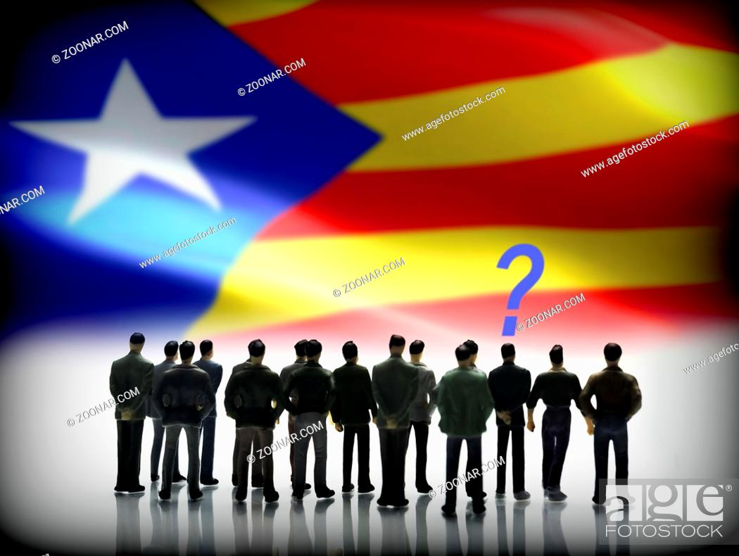 Imagen: Several men looking at the flag of Catalonia, conceptual image.